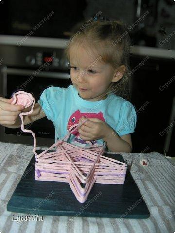 Приветики! Мой папа, по моей просьбе, сделал для Лидочки тренажёр. Мы учимся ниточкой рисовать пятиконечную звезду. Набиваем руку, потом на бумаге будет рисовать легче-лёгкого! фото 7