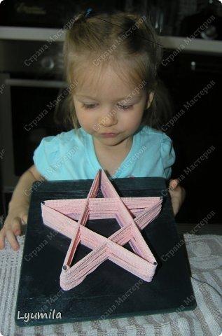 Приветики! Мой папа, по моей просьбе, сделал для Лидочки тренажёр. Мы учимся ниточкой рисовать пятиконечную звезду. Набиваем руку, потом на бумаге будет рисовать легче-лёгкого! фото 1