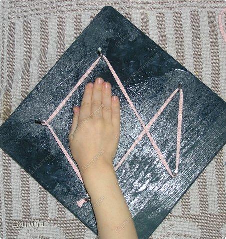 Приветики! Мой папа, по моей просьбе, сделал для Лидочки тренажёр. Мы учимся ниточкой рисовать пятиконечную звезду. Набиваем руку, потом на бумаге будет рисовать легче-лёгкого! фото 9
