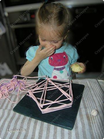 Приветики! Мой папа, по моей просьбе, сделал для Лидочки тренажёр. Мы учимся ниточкой рисовать пятиконечную звезду. Набиваем руку, потом на бумаге будет рисовать легче-лёгкого! фото 11