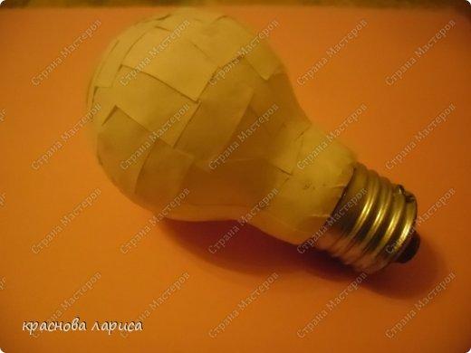 Обклеить использованную лампочку белой бумагой. фото 1