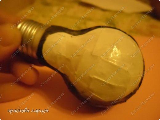 Обклеить использованную лампочку белой бумагой. фото 2