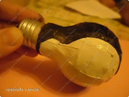 Обклеить использованную лампочку белой бумагой. фото 3