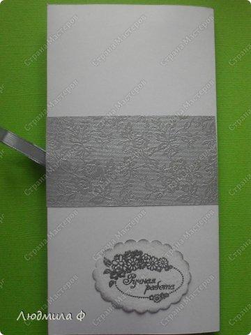 Конверт появился совершенно незапланированно. Получили посылку с новыми дыроколами, в том числе дырокол с направлением. Мы на него долго смотрели, но цена отпугивала. Все-таки решились. Дарена, конечно, сразу осваивать принялась. Сначала на черновиках из офисной бумаги тренировалась, потом за чертежную и акварельную бумагу и цветной картон принялась. Теперь у нас целая стопка заготовок для отрыток лежит.  А потом она принялась за эмбоссинг, а так как первым в ее руки попал набор свадебных штампов, то теперь 2 листа акварельной бумаги с надписями и картинками на свадебную тему ждут своего часа. Вчера сделали с ней серебристый конвертик по мотивам конвертов Ольги Качуровской, здесь https://stranamasterov.ru/node/394773  понравился серебристый конверт. фото 5