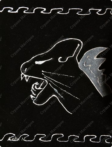 Одно время я увлекалась изображением кошек с крыльями. Не сфинксов, а наших обычных дворовых мурок, потому что... Ну чем они хуже? Грация есть, загадок в них и вовсе сколько угодно. И вот решила вернуться к старой теме и расписать таким образом футляр для очков и брелок. Роспись контуром по ткани Декола+серебристая краска по ткани. Больше ничего) Орнамент незамысловатый, сделан от руки, просто для декорации. Показалось - надо) фото 5