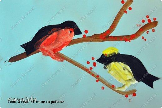 """Здравствуйте! Мы снова о птичках :-). Просто у нас с сыном сейчас неделя птичья, мы изучаем птичек, расширяем кругозор. И все занятия сводятся к разговору о пернатых друзьях. Но, думаю, я сюда не буду больше выкладывать все наши птичьи материалы, т.к. планов много (да и птиц немало), боюсь утомить вас этой темой. Итак, вчера мы разговаривали о грачах. Про каждую птичку я готовлю карточку: на одной стороне изображение птицы, на другой подсказки для меня - текст с интересными фактами, загадками и стишками о птичке. Каждый день к нам прилетает новая птичка и """"садится"""" на нашу веревочку. Мы делаем для неё поделки и т.д. Картина """"Грачи прилетели"""" выполнена в виде аппликации: ствол дырявили дыроколом, ветки - обрезки бумаги, грачи - оригами (наипростейший способ сложения, сама придумала,хотя наверняка он придуман до меня). фото 6"""