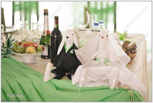 Здравствуй, Страна! Недавно шила вот такую пару на свадьбу другой паре. Свадьба была не совсем обычная и аксессуары были выполнены в зеленых тонах. Цветные свадьбы стали в моде. Хочу похвастать милыми зайками, сшить очень давно хотела, вот случай и представился. Получились они очень милыми и какими то большенькими (48см). Эти фото профессионала(Евгения Данилова), вот так мои зайки украсили стол молодоженов. фото 2