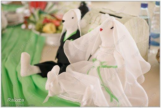 Здравствуй, Страна! Недавно шила вот такую пару на свадьбу другой паре. Свадьба была не совсем обычная и аксессуары были выполнены в зеленых тонах. Цветные свадьбы стали в моде. Хочу похвастать милыми зайками, сшить очень давно хотела, вот случай и представился. Получились они очень милыми и какими то большенькими (48см). Эти фото профессионала(Евгения Данилова), вот так мои зайки украсили стол молодоженов. фото 1