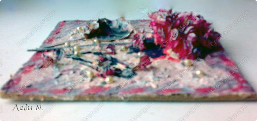 """Решила объединить свои старые панно в одну запись. Для основы использовалась терракотовая и белая керамические массы Koh-i-noor. Она легко окрашивается при высыхании. В данном случае для окраски я использовала гуашь и акварель.  Во всех случаях изображения декорированы сухими цветами. В панно """"Герань"""" использован искусственный жемчуг. В панно """"Маскарад"""" использован искусственный жемчуг и шелковая лента. В """"Gnossienne №1"""" состаренный при помощи кофе и обожженный свечкой нотный лист.  Первое - панно """"Герань"""" в розовато-серебристых цветах. Сделано в подарок фото 2"""