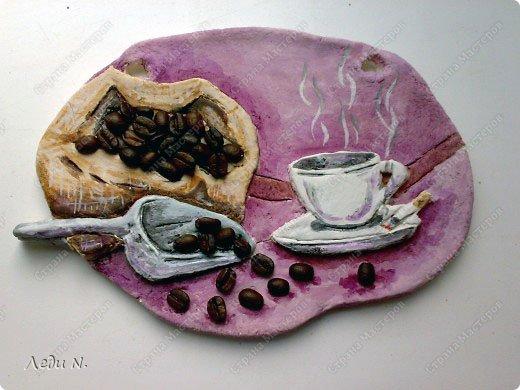 Я большой любитель кофе. Поэтому соорудила вот такое панно на кухню. На стилизованном кофейном зерне мешок с кофейными зернами, черпак и уже сваренной кофе в чашке. Декорировала кофейными зернами. фото 1