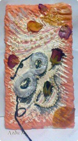 """Решила объединить свои старые панно в одну запись. Для основы использовалась терракотовая и белая керамические массы Koh-i-noor. Она легко окрашивается при высыхании. В данном случае для окраски я использовала гуашь и акварель.  Во всех случаях изображения декорированы сухими цветами. В панно """"Герань"""" использован искусственный жемчуг. В панно """"Маскарад"""" использован искусственный жемчуг и шелковая лента. В """"Gnossienne №1"""" состаренный при помощи кофе и обожженный свечкой нотный лист.  Первое - панно """"Герань"""" в розовато-серебристых цветах. Сделано в подарок фото 3"""
