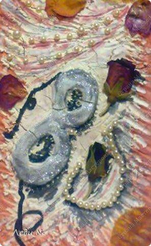 """Решила объединить свои старые панно в одну запись. Для основы использовалась терракотовая и белая керамические массы Koh-i-noor. Она легко окрашивается при высыхании. В данном случае для окраски я использовала гуашь и акварель.  Во всех случаях изображения декорированы сухими цветами. В панно """"Герань"""" использован искусственный жемчуг. В панно """"Маскарад"""" использован искусственный жемчуг и шелковая лента. В """"Gnossienne №1"""" состаренный при помощи кофе и обожженный свечкой нотный лист.  Первое - панно """"Герань"""" в розовато-серебристых цветах. Сделано в подарок фото 4"""