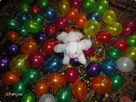 Сделала подарочек подруге на день рождение. Внутри шарика сюрприз и много много маленьких шариков с записками. фото 2