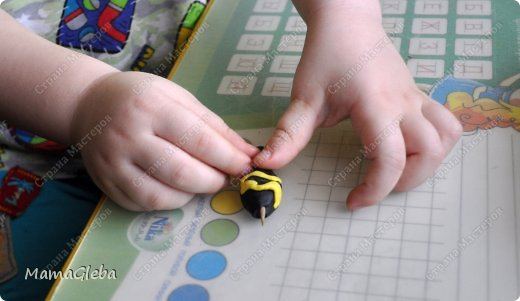 Это наш первый МАСТЕР-КЛАСС. Не судите строго! Вот какую замечательную осу мы придумали!Ребенку 3 лет сделать её абсолютно под силу. фото 4