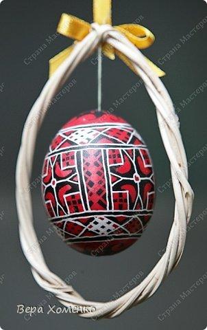 Такую рамку из лозы можно использовать для оформления одиночного декорированного яйца. фото 1