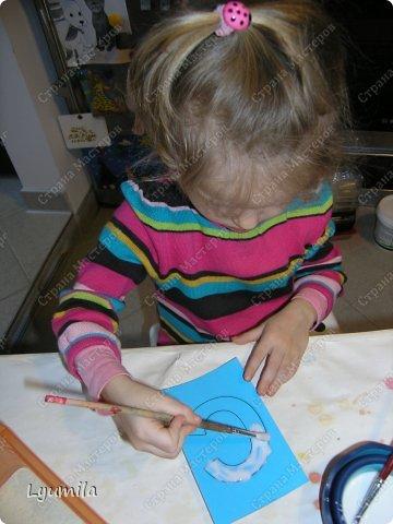 """Добрый день, мои дорогие читатели и гости! Сегодняшний пост будет длинным, потому что он посвящен важнейшим навыкам, которые должен освоить ребёнок: письмо и чтение. Когда я была беременна и ждала появления Лидочки я много читала про материнство и методики развития ребёнка. Эти методики носят название раннего развития, хотя развитие должно быть своевременным. Так многие авторы, как <b>Масару Ибука</b> считают, что """"После трёх уже поздно"""" (это название книги, она есть в сети, рекомендую к прочтению), <b>Глен Доман</b> - американский врач-нейрохирург, психотерапевт, считает, что интенсивное развитие функций головного мозга человека происходит в возрасте до 3-х лет (на 70-80%) и завершается в возрасте 7 лет <a href=""""http://ru.wikipedia.org/wiki/%D0%94%D0%BE%D0%BC%D0%B0%D0%BD,_%D0%93%D0%BB%D0%B5%D0%BD%D0%BD""""> Википедия о Глене Домане</a>. В сети много его книг, я прочитала все что напечатаны на русском языке и пришла к решению воплотить его идеи в жизни моего ребёнка. В частности касательно чтения Глен Доман предлагает показывать ребёнку карточки с напечатанными словами, делать это нужно достаточно часто, что утомительно для ребёнка, но прежде всего для мамы. При этом методе, позволяющем читать не слоги, а целые слова, приходится тщательно и долго готовиться к занятиям. Что привело к затуханию моего рвения (так как я показывала еще и другие карточки, а не только слова) Потом я познакомилась с методом обучения чтению <b> Николая Зайцева</b>, подготовила таблицы, распечатала, повесила на стену, висит уже 1,5 года, ребёнок не хочет заниматься, хотя что там делать? Нужно всего лишь пропевать склады несколько раз в день, однако жжж... к успеху не привело. Все дети любят кубики! Я купила замечательные динамические кубики с буквами <b> Евгения Чаплыгина</b>, в кубики мы конечно поиграли, но читать... за 3 дня, как написано на коробке не научились! И тут читая очередную книгу <b> Марии Монтессори</b>, я наталкиваюсь на её <b> """"шероховатые (шершавые) буквы"""" </b>. Мария Монтессор"""