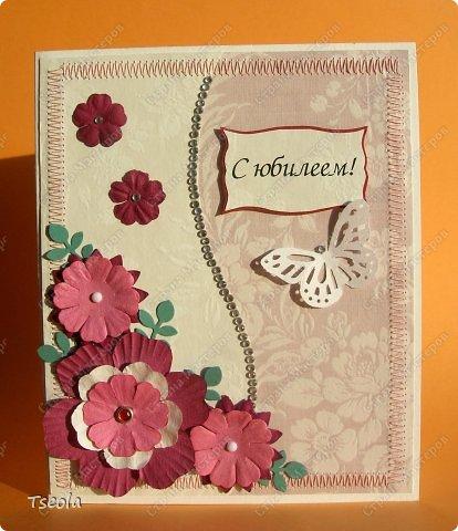 Доброго времени суток! Хочу показать пару работ, которые сделала в последнее время. Эту открытку заказала сестра на седьмую годовщину свадьбы. Наверно, надо было сделать в медных тонах - свадьба-то медная, но уж что получилось!. Основа- акварельная бумага, фон - скрапбумага, цветочки, тесьма, стразы. Фото - авторское, со свадьбы. Размер 14х14 см. фото 3