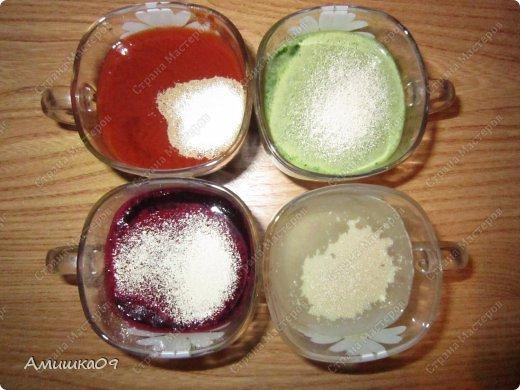 Увидела этот рецепт больше года назад у Катуши на Поваренке, очень захотела испечь, но получилось только сейчас. Это мое знакомство с дрожжевым тестом. Тесто немного тугим сделала, поэтому не совсем так получилось, как хотелось бы, но родня была в восторге, им очень понравился хлебушек. Ингредиенты: Мука пшеничная (просеянная) - примерно 1,5 стакана на один вид теста Соль (3/4 ч.л.) — всего 3 ст. л. Сахар (1 ст.л.) — всего 4 ст. л. Масло растительное (0,5 ст.л.) — всего 2 ст. л. Дрожжи - свежие, 10 г на один вид теста, всего 40 гр. или сухие, всего 1 ч.л. на хлеб или 1/4 ч.л. на один вид теста Сок свекольный — 110 мл Сок томатный — 110 мл Сок зелени — 110 мл Вода — 110 мл фото 3
