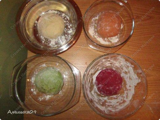 Увидела этот рецепт больше года назад у Катуши на Поваренке, очень захотела испечь, но получилось только сейчас. Это мое знакомство с дрожжевым тестом. Тесто немного тугим сделала, поэтому не совсем так получилось, как хотелось бы, но родня была в восторге, им очень понравился хлебушек. Ингредиенты: Мука пшеничная (просеянная) - примерно 1,5 стакана на один вид теста Соль (3/4 ч.л.) — всего 3 ст. л. Сахар (1 ст.л.) — всего 4 ст. л. Масло растительное (0,5 ст.л.) — всего 2 ст. л. Дрожжи - свежие, 10 г на один вид теста, всего 40 гр. или сухие, всего 1 ч.л. на хлеб или 1/4 ч.л. на один вид теста Сок свекольный — 110 мл Сок томатный — 110 мл Сок зелени — 110 мл Вода — 110 мл фото 4
