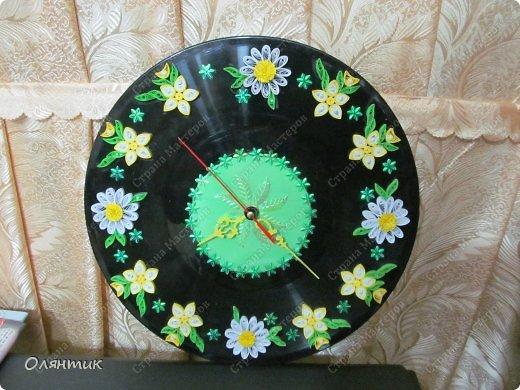 Часы из старой пластинки, украшенные цветами в технике Квиллинг и пайетками фото 3