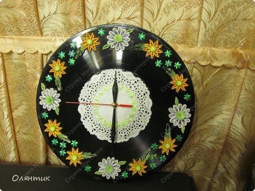 Часы из старой пластинки, украшенные цветами в технике Квиллинг и пайетками фото 4