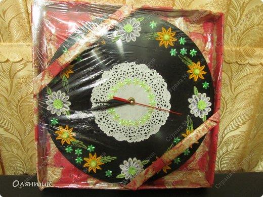 Часы из старой пластинки, украшенные цветами в технике Квиллинг и пайетками фото 5