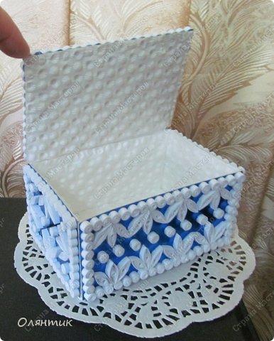 Вот так открывается крышечка.  Внутри обклеила бумагой от конфет в коробках, удалив верхний слой.
