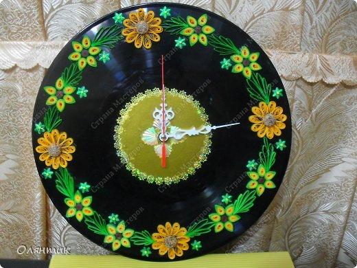 Часы из старой пластинки, украшенные цветами в технике Квиллинг и пайетками фото 6