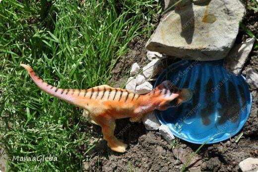 Иногда мы разыгрываем с сыном поучительные истории. Вот одна из них:-).     Было это в далёкие времена. Жили на одном острове динозаврики. И был среди них один самый грозный, с которым никто не дружил. Звали его Рекс. Он жил совсем один в каменной пещере, куда боялись показываться остальные жители острова. фото 2