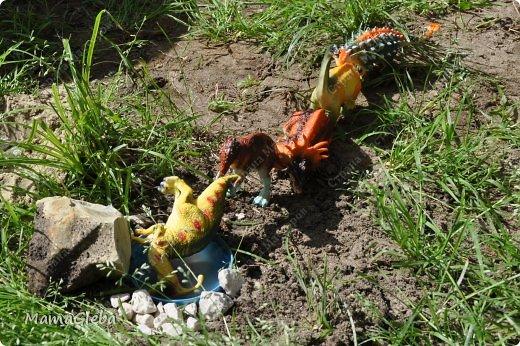 Иногда мы разыгрываем с сыном поучительные истории. Вот одна из них:-).     Было это в далёкие времена. Жили на одном острове динозаврики. И был среди них один самый грозный, с которым никто не дружил. Звали его Рекс. Он жил совсем один в каменной пещере, куда боялись показываться остальные жители острова. фото 12
