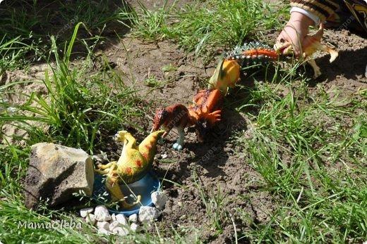 Иногда мы разыгрываем с сыном поучительные истории. Вот одна из них:-).     Было это в далёкие времена. Жили на одном острове динозаврики. И был среди них один самый грозный, с которым никто не дружил. Звали его Рекс. Он жил совсем один в каменной пещере, куда боялись показываться остальные жители острова. фото 13