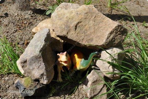 Иногда мы разыгрываем с сыном поучительные истории. Вот одна из них:-).     Было это в далёкие времена. Жили на одном острове динозаврики. И был среди них один самый грозный, с которым никто не дружил. Звали его Рекс. Он жил совсем один в каменной пещере, куда боялись показываться остальные жители острова. фото 15