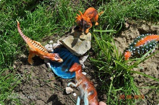 Иногда мы разыгрываем с сыном поучительные истории. Вот одна из них:-).     Было это в далёкие времена. Жили на одном острове динозаврики. И был среди них один самый грозный, с которым никто не дружил. Звали его Рекс. Он жил совсем один в каменной пещере, куда боялись показываться остальные жители острова. фото 16