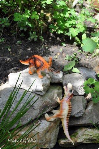 Иногда мы разыгрываем с сыном поучительные истории. Вот одна из них:-).     Было это в далёкие времена. Жили на одном острове динозаврики. И был среди них один самый грозный, с которым никто не дружил. Звали его Рекс. Он жил совсем один в каменной пещере, куда боялись показываться остальные жители острова. фото 6