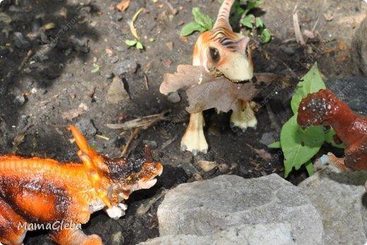 Иногда мы разыгрываем с сыном поучительные истории. Вот одна из них:-).     Было это в далёкие времена. Жили на одном острове динозаврики. И был среди них один самый грозный, с которым никто не дружил. Звали его Рекс. Он жил совсем один в каменной пещере, куда боялись показываться остальные жители острова. фото 7
