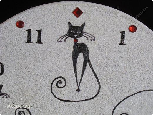Давно хотела начать делать часы. И вот нашла несколько пластинок и решила попробовать. На фото вышло темновато, в жизни посветлее и камушки намного ярче. Впрочем смотрите сами. фото 3