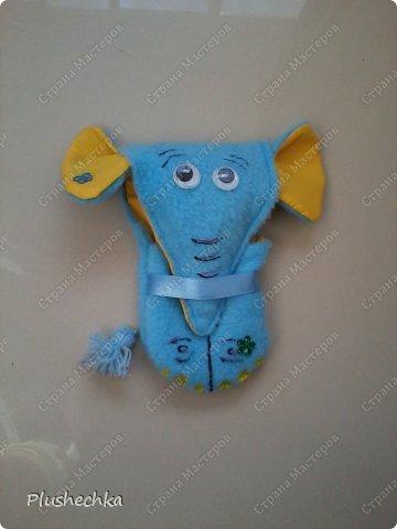 """Добрый вечер, дорогие друзья! Это снова я! На этот раз даю возможность немного передохнуть от моих ленточек, ибо вспомнила я про свою давнюю подругу - швейную машинку. А ещё - про остатки ткани и ... свою любовь к слонам!!! Предлагаю вашему вниманию скромненький МК """"Как сделать из ткани слона?"""". Ну, конечно, это слон не простой - он со своей миссией - хранить телефон:) Итак, знакомьтесь! фото 19"""