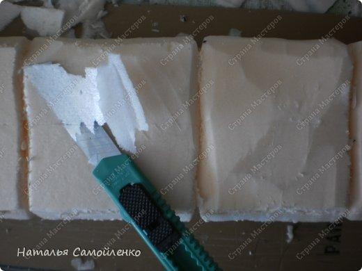 Очень давно видела как делают из пенопласта декор предметов. И теперь пригодились эти знания в оформлении подиума для камина из картона. И так не большой фото отчёт - для большой работы! :-) фото 8