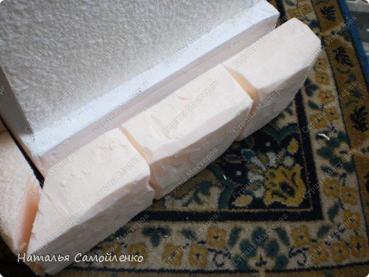 Очень давно видела как делают из пенопласта декор предметов. И теперь пригодились эти знания в оформлении подиума для камина из картона. И так не большой фото отчёт - для большой работы! :-) фото 10