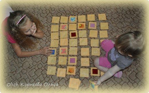 """Здравствуйте. Сегодня хочу рассказать как несложно разнообразить досуг простой, но очень увлекательной игрой. Игра эта всем хорошо знакома, называется она MEMORY или Память. Есть еще одно более редкое название этой игры - Мнемозина. Мнемозина - древнегреческая богиня памяти. И игра названа так не случайно.  Игра предназначена для тренировки визуальной памяти. В игре четное количество тканевых карточек – по две штуки с одним и тем же рисунком. Нужно разложить карточки «рубашкой» вверх на столе, а затем переворачивать по две. Если они совпадают – игрок забирает их и получает ещё ход. Если нет – карточки снова переворачивают """"рубашкой"""" вверх, запоминают их расположение, а ход переходит к другому игроку. Задача – набрать как можно больше карточек. Подходит для любого возраста и количества участников! фото 11"""