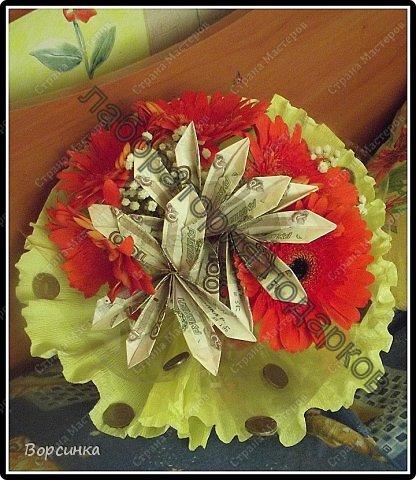 в очередной раз собираясь на день рождения задумалась как же интересненько подарить денежки не очень хочется банального конвертика. Съездила в магазин купила цветочков (расчет был сразу на недорогой букет ) но как тоуж мне его завернули в пленочку уж совсем по бедненькому.Да ладно дома бумага гофро е сть быстренько собрала вокруг желтенькую юбочку, сделала три цветочка из соток так как расчет был подарить тысячу ну и для декора добавила еще десяточек  фото 1