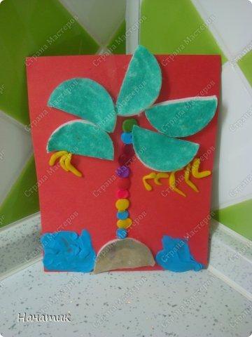 Вот такие работы получились у дочурки. Я немного помогала, показывала куда листья пальмы клеить))). А цветок (это так задумано))). фото 2