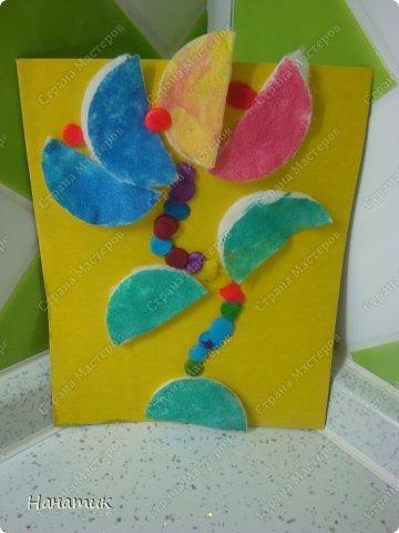 Вот такие работы получились у дочурки. Я немного помогала, показывала куда листья пальмы клеить))). А цветок (это так задумано))). фото 3