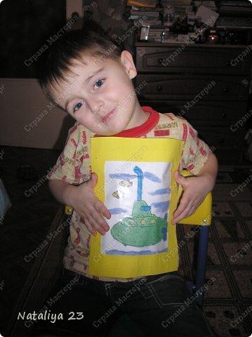 Наша с сыночком совместная картина из цветного песка (набор покупной). Я отклеивала детальки нужного цвета, а сынуля посыпал цветным песком, затем стряхивал неприлипшие остатки песка в баночку. фото 3