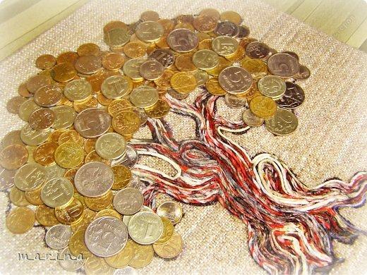 Этот саженец я приподнесла в подарок своей приятельнице ко дню рождения.   Может быть, кому то пригодится и сопровождающий тост-поздравление (источник http://shkolaprazdnika.ru/stihi-k-podarkam/stihi-k-podarku-denezhnoe-der...):  С Днём рождения тебя поздравляем,  Чтоб деньги водились в карманах, желаем,  Выращивай их, как на Поле Чудес,  Сейчас это можно – шагает прогресс!  И саженец первый мы дарим тебе,  Следи, поливай, он – подспорье в судьбе!  А после того, как плоды соберешь,  За круглым столом вновь всех нас соберешь!  Спасибо за идею Ssezhik (http://stranamasterov.ru/node/555619?c), а Таню Сорокину благодарю за технику пейп-арт http://stranamasterov.ru/node/308701.  ---------------------------------------  !!! Пожалуйста, при публикации материалов этого МК на других интернет-ресурсах, указывайте ссылку на источник http://stranamasterov.ru/node/578436 !!! фото 11
