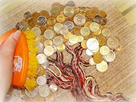 Этот саженец я приподнесла в подарок своей приятельнице ко дню рождения.   Может быть, кому то пригодится и сопровождающий тост-поздравление (источник http://shkolaprazdnika.ru/stihi-k-podarkam/stihi-k-podarku-denezhnoe-der...):  С Днём рождения тебя поздравляем,  Чтоб деньги водились в карманах, желаем,  Выращивай их, как на Поле Чудес,  Сейчас это можно – шагает прогресс!  И саженец первый мы дарим тебе,  Следи, поливай, он – подспорье в судьбе!  А после того, как плоды соберешь,  За круглым столом вновь всех нас соберешь!  Спасибо за идею Ssezhik (http://stranamasterov.ru/node/555619?c), а Таню Сорокину благодарю за технику пейп-арт http://stranamasterov.ru/node/308701.  ---------------------------------------  !!! Пожалуйста, при публикации материалов этого МК на других интернет-ресурсах, указывайте ссылку на источник http://stranamasterov.ru/node/578436 !!! фото 12