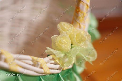 Очень мне в свое время понравилась идея пасхальных корзинок, декорированных всякими красивостями и захотелось сделать себе такую же. Но чтобы не переводить зря материалы, сначала решила попробовать свои силы и сделать небольшую работу из подручных материалов. Под руками оказалась корзинка из-под набора косметики, подаренного много лет назад, большая розовая роза из широкой ленты, немного кружева, немного ленточек.  фото 7