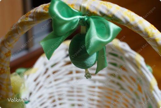 Очень мне в свое время понравилась идея пасхальных корзинок, декорированных всякими красивостями и захотелось сделать себе такую же. Но чтобы не переводить зря материалы, сначала решила попробовать свои силы и сделать небольшую работу из подручных материалов. Под руками оказалась корзинка из-под набора косметики, подаренного много лет назад, большая розовая роза из широкой ленты, немного кружева, немного ленточек.  фото 6
