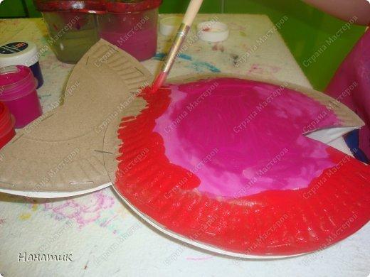 Понравилось дочурке работать с одноразовыми тарелочками. Особенно раскрашивать их))) Поэтому решили сделать такую рыбку. Ее я увидела на просторах и-нета! фото 9