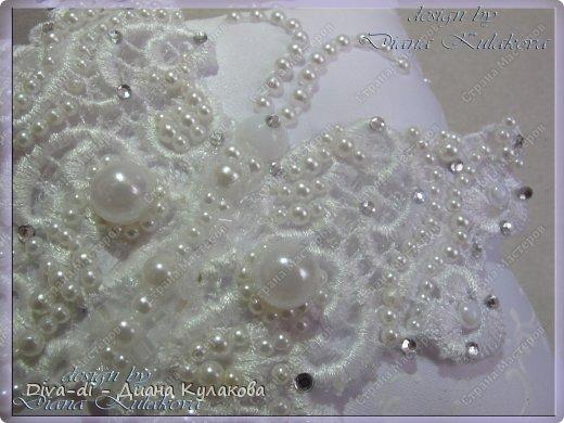 Бабочка из кружева, расшита вручную, декорирована стразами и полужемчугом фото 2